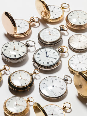 Logo Ausstellung Gastspiel: 16 Augenblicke der Uhrgeschichte