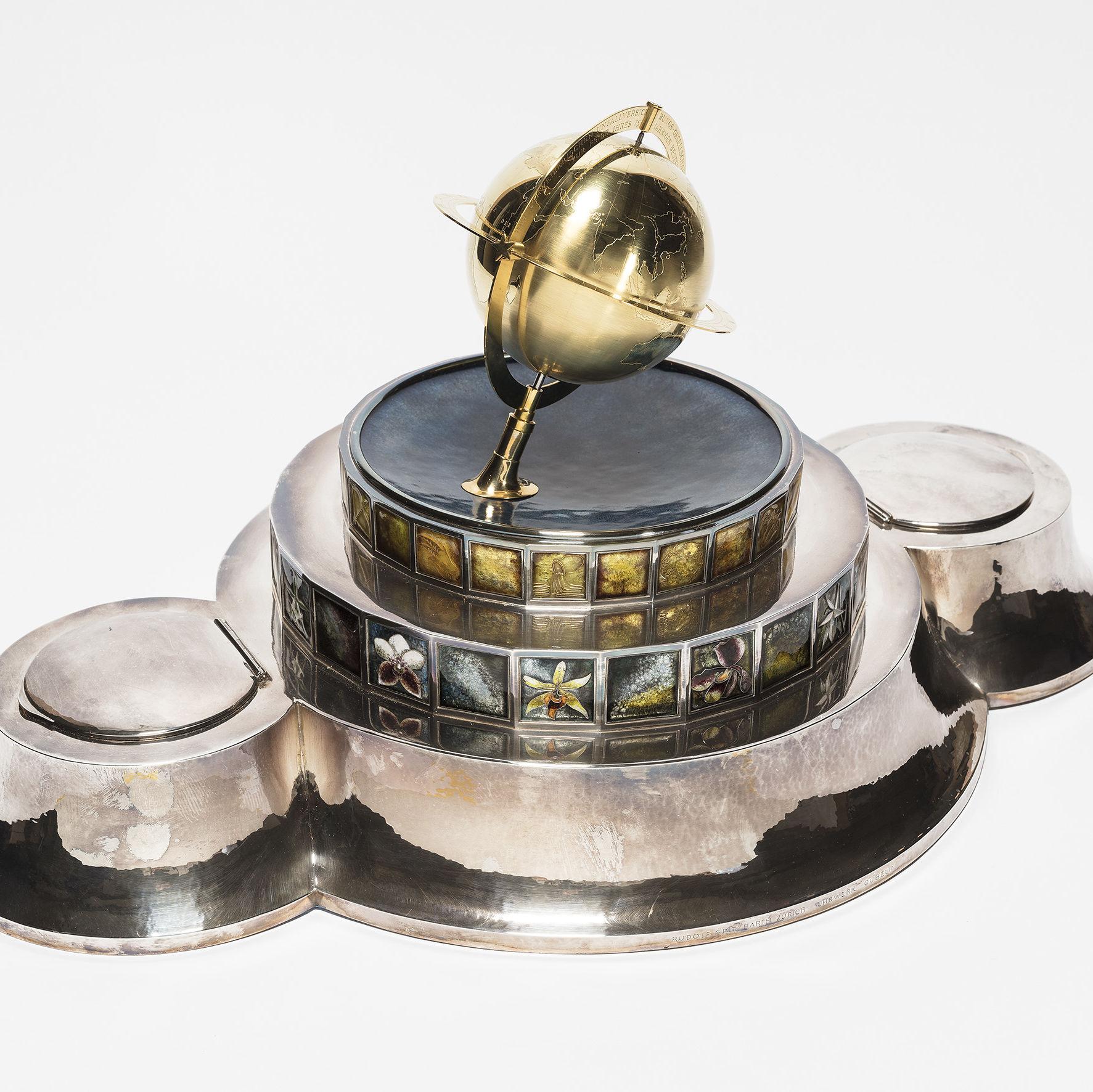 Museum am Mittag: Zwei Uhren mit Erdkugel