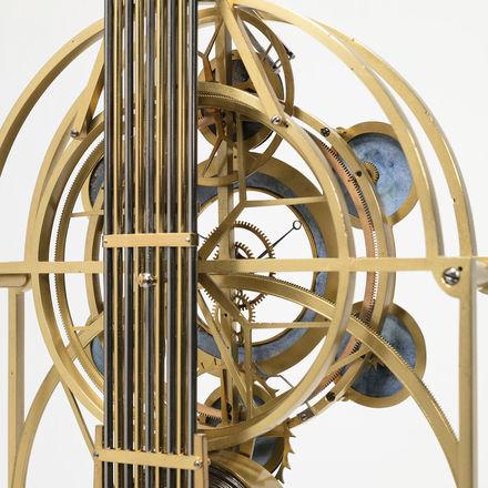 Logo Gastspiel: Kalendarische Präzisions-Tischuhr